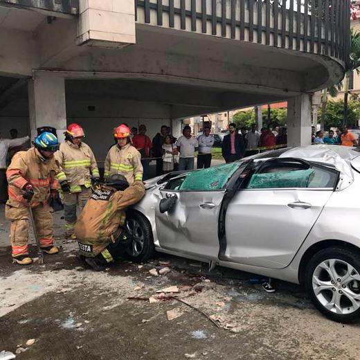 Vehículo cayó del segundo piso del Centro Comercial